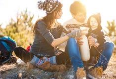 Jonge ouders met jong geitje op de bergen Stock Foto's