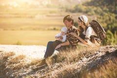Jonge ouders met jong geitje op de bergen Royalty-vrije Stock Foto