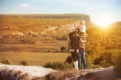 Jonge ouders met jong geitje op de bergen Royalty-vrije Stock Afbeeldingen