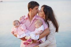 Jonge ouders met kinderen Royalty-vrije Stock Afbeeldingen