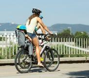 Jonge ouders met kinderen op fietsen Stock Foto's