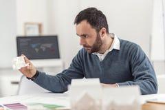 Jonge overeind gezette ingenieur die 3D modellen onderzoeken Stock Foto
