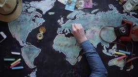 Jonge paar de vakantiereis van planningswittebroodsweken met kaart stock footage