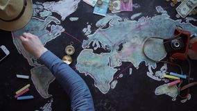 Jonge paar de vakantiereis van planningswittebroodsweken met kaart stock video