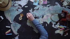 Jonge paar de vakantiereis van planningswittebroodsweken met kaart stock videobeelden