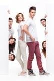 Jonge paar en vrienden reclame Stock Fotografie