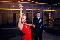 Jonge paar het dansen tango in openlucht Stock Afbeeldingen