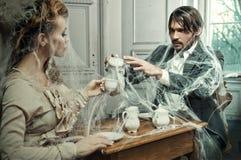 Jonge paar het drinken koffie in een oud kasteel royalty-vrije stock fotografie