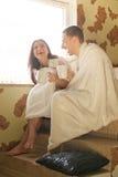 Jonge paar het drinken koffie en lach royalty-vrije stock fotografie