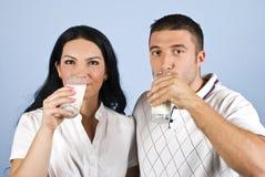 Jonge paar het drinken melk Stock Fotografie