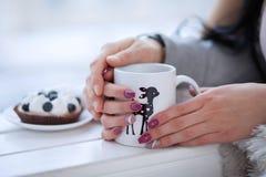 Jonge paar het drinken thee Stock Foto