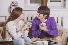 Jonge paar het drinken thee in de bespreking van ideeën royalty-vrije stock foto