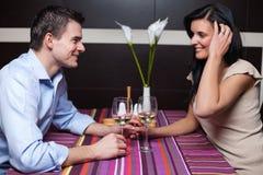 Jonge paar het drinken wijn en het flirten Stock Afbeelding