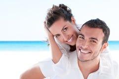 Jonge paar het houden van vakantie stock afbeeldingen
