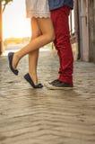 Jonge paar het kussen outdor Royalty-vrije Stock Afbeeldingen