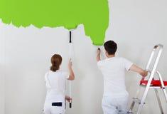 Jonge paar het schilderen muur royalty-vrije stock foto's