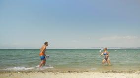 Jonge Paar het Spelen Racketbal stock videobeelden