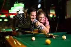 Jonge paar het spelen snooker samen in bar stock foto's