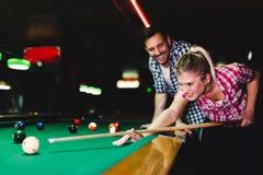 Jonge paar het spelen snooker samen in bar royalty-vrije stock foto's