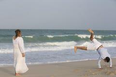 Jonge paar hving pret bij het strand in Doubai Stock Afbeelding