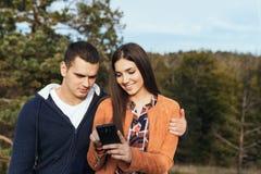 Jonge paar in openlucht pret royalty-vrije stock fotografie