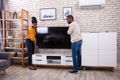 Jonge Paar Opheffende Televisie royalty-vrije stock fotografie