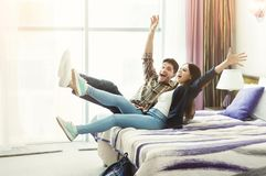 Jonge paar` s aankomst aan het hotel op vakantie royalty-vrije stock foto