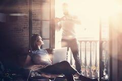 Jonge paar samen vakantie Gebaarde mens die foto tot smartphone maken mooi meisje Het werken met nieuw freelance project Royalty-vrije Stock Afbeelding