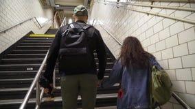 Jonge paar weggaande metro stock videobeelden