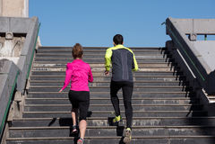 Jonge paarjogging op stappen royalty-vrije stock afbeelding
