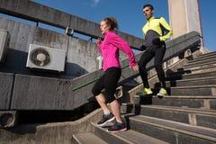 Jonge paarjogging op stappen royalty-vrije stock afbeeldingen