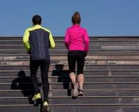 Jonge paarjogging op stappen royalty-vrije stock fotografie