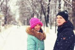 Jonge paarminnaars in de winter royalty-vrije stock fotografie