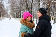 Jonge paarminnaars in de winter royalty-vrije stock foto