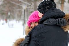 Jonge paarminnaars in de winter royalty-vrije stock afbeeldingen