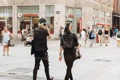 Jonge paarpunkers of vrienden die onderaan de straat in Leipzig lopen stock foto's