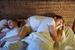 Jonge paarslaap in bed Stock Afbeeldingen