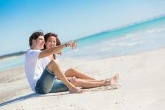 Jonge Paarzitting in een Caraïbisch Strand royalty-vrije stock fotografie