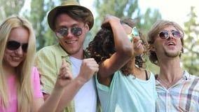Jonge paren die van hun tijd genieten bij muziekfestival, het zingen, die samen dansen stock footage
