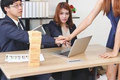 Jonge partner bij aangesloten hand samen aan groet volledige transactie in bureau Succes en groepswerkconcept royalty-vrije stock foto's
