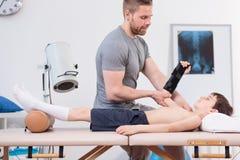 Jonge patiënt die een fysiotherapeut bezoeken royalty-vrije stock foto