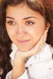 Jonge peinzende brunette die op hand leunt stock fotografie