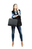 Jonge peinzende mannequin met leerzak en zonnebril die omhoog eruit zien Royalty-vrije Stock Foto's