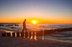 Jonge persoon die aan zon loopt stock foto