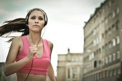Jonge persoon misic luisteren Stock Fotografie