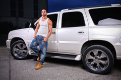 Jonge persoon naast een SUV stock fotografie
