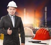 Jonge petrochemische ingenieur die zich voor het werk verhaal o bevinden Stock Foto's