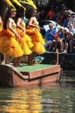 Jonge Polynesische Uitvoerders die bezoekers onderhouden op het Polynesische Culturele Centrum stock foto