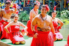 Jonge Polynesische Uitvoerders die bezoekers onderhouden op het Polynesische Culturele Centrum royalty-vrije stock afbeeldingen
