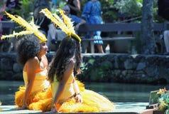 Jonge Polynesische Uitvoerders die bezoekers onderhouden op het Polynesische Culturele Centrum stock fotografie